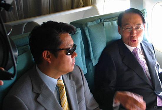 2007년 9월 3일 김만복 국정원장(오른쪽)이 아프가니스탄에서 납치됐던 한국인의 귀국 비행기 안에서 인터뷰를 자청해 인질 석방 협상 과정을 설명했다. 국정원은 특수활동비를 이용해 탈레반에 인질 석방 대가를 지급했다.  [동아DB]