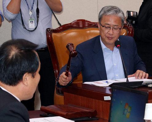유성엽 의원은 2016년 6월부터 국회 교문위원장을 맡고 있다. 교문위 회의를 주재하는 유 의원.[동아DB]