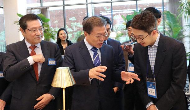 문재인 대통령(가운데)은 10월 18일 서울 성동구 성수동의 사회적기업 공유공간 '헤이그라운드'를 방문해 입주기업 대표 등과 대화를 나눴다. [청와대사진기자단]