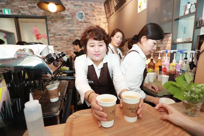 수성구청 '수성여성클럽'을 통해 바리스타 교육을 받은 여성들이 범어도서관에 '더로즈 카페'를 열었다.