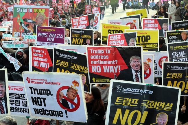 진보단체들이 11월 8일 서울 여의도 국회 앞에서 트럼프 대통령의 국회연설을 반대하는 집회를 열고 있다. [최혁중 동아일보 기자]