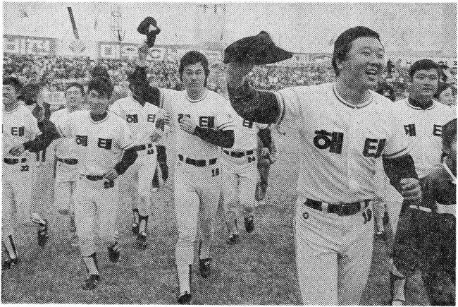 1987년 한국시리즈를 마친 해태 타이거즈 선수단이 광주구장 그라운드를 돌며 팬들의 환호에 답하고 있다. 오른쪽 맨 앞이 선동열 현 야구 국가대표팀 감독.  [뉴시스]