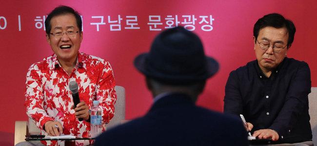 홍준표 자유한국당 대표(왼쪽)가 서병수 부산시장과 함께 8월 27일 부산 해운대구 문화광장에서 열린 토크콘서트에 참석해 이야기하고 있다.[박경모 동아일보 기자]