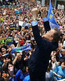 5월 8일 문재인 더불어민주당 대통령 후보가 부산 서면에서 유세를 하고 있다.[원대연 동아일보 기자]