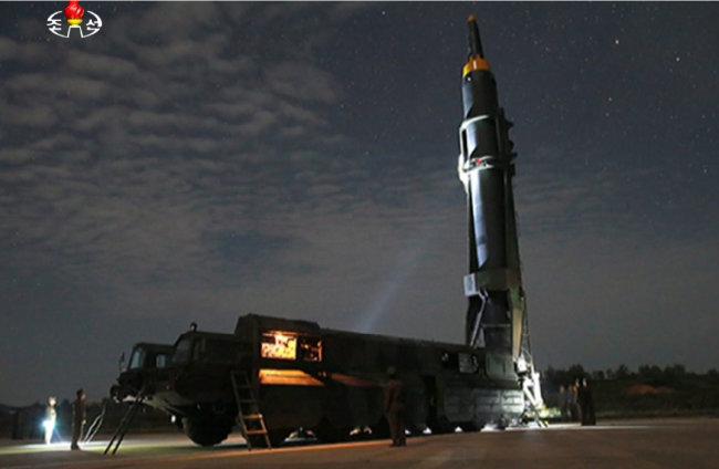 9월 15일 북한 평양 순안비행장에서 중장거리탄도미사일 '화성-12형'이 발사되는 모습.[조선중앙TV]