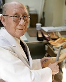 55세부터 구두 제작을 배운 일본의 수제 구두 명인 기쿠치 다케오. [다이너스 제화 홈페이지]