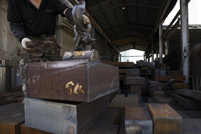 무거운 철근을 자석으로 들어 올리는 모습.