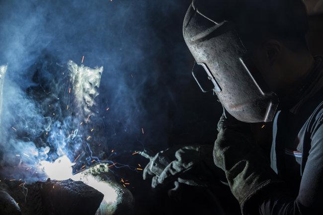 용접 중인 작업자의 모습. 보기에는 쉬워 보여도 고난도 기술을 요한다.