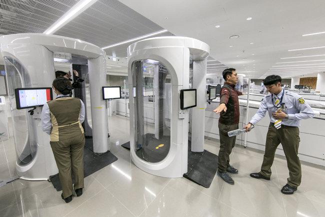 인천공항공사 직원들이 제2여객터미널에 설치된 최신형 원형보안 검색기를 시범 운영하고 있다.  [인천국제공항공사 제공]