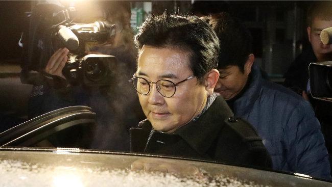 전병헌 전 청와대 정무수석이 2017년 12월 25일 새벽 구속영장이 기각된 뒤 경기 의왕시 서울구치소를 나와 차량에 오르고 있다. [뉴스1]