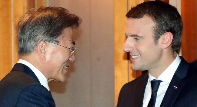 문재인 대통령이 2017년 7월 9일 독일 함부르크 하얏트호텔에서 에마뉘엘 마크롱 프랑스 대통령과 양자회담을 하고 있다. [동아DB]