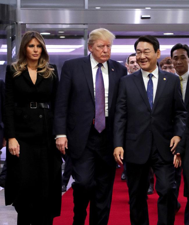 2017년 11월 9일 국회에서 김교흥 국회사무총장이 도널드 트럼프 미국 대통령 내외를 안내하고 있다.