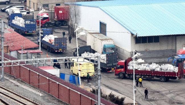 2016년 3월 2일 중국 단둥 세관을 통관해 중국으로 들어온 북한 화물들이 다른 지역으로 이동하고 있다. [뉴시스]