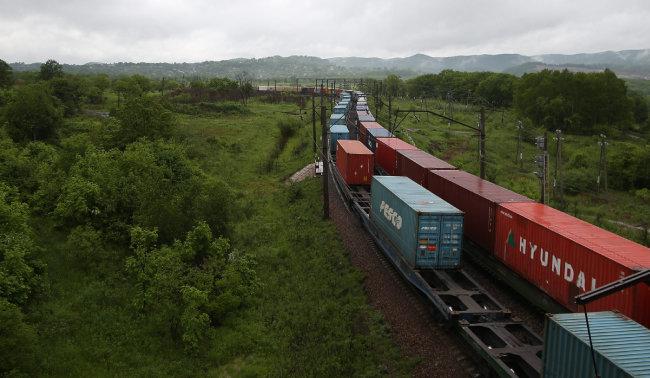 북한-러시아 접경도시 하산에서 블라디보스토크와 모스크바를 잇는 시베리아횡단철도(TSR)에 컨테이너를 가득 실은 열차가 달리고 있다. [박영대 동아일보 기자]