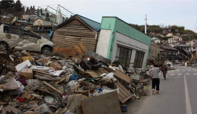 2011년 동일본대지진 발생 한 달 후 게센누마 시 모습. 대지진과 지진해일로 도시 전체가 무너지고 말았다. [동아DB]