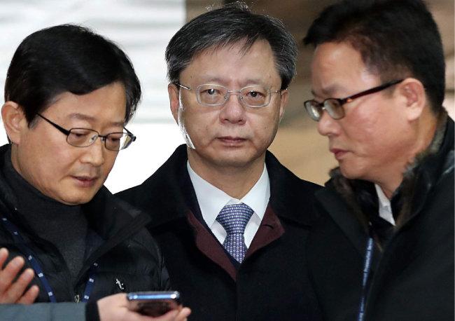 우병우 전 청와대 민정수석이 2017년 12월 14일 오전 서울중앙지법에서 세 번째 구속영장 실질심사를 받기 위해 법정으로 들어서고 있다. 그는 다음 날인 15일 새벽 결국 구속됐다. [전영한 동아일보 기자]