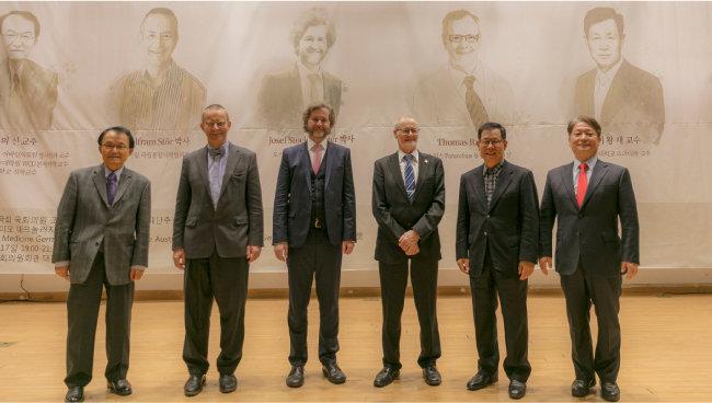 2017년 11월 17일 열린 글로벌 암치료지원재단 추진위 주최 심포지엄에 참여한 난치질환치료 전문가들.