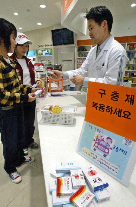 북한 오 하사의 귀순을 계기로 구충제를 구매하는 국민이 늘었다. [동아DB]
