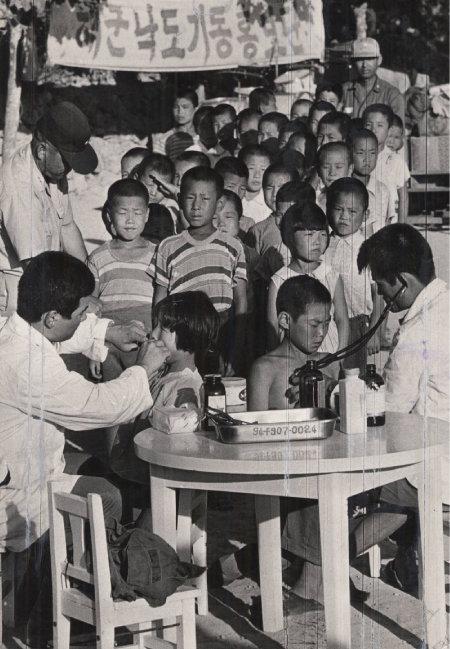 1970년대 공중보건의들이 기생충 박멸을 위해 순회 진료를 하고 있다. [동아DB]