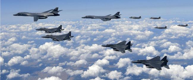 미국의 B-1B 전략폭격기(위 왼쪽부터 2대)와 F-35B 스텔스 전투기(오른쪽 4대)가 2017년 9월 18일 한반도로 전개해 강원도에서 북한 내 표적을 상정하고 폭탄을 투하하는 훈련을 실시했다. [동아DB]