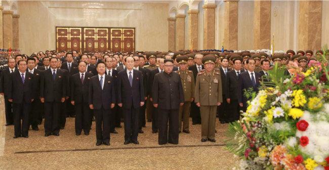2017년 10월 7일 김정은 위원장이 당 중앙위원회 전원회의 참가자들과 금수산 태양궁전을 참배하고 있다. [동아DB]