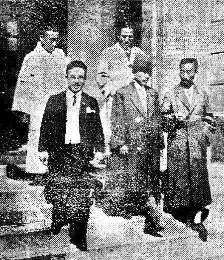 1927년 10월 18일 조선일보에 실린 조선공산당사건의 변호사들. 앞줄 맨 오른쪽이 가인 김병로이고 그 뒤로 허헌(오른쪽), 이인 변호사가 계단을 내려오고 있다. [박영사 제공]