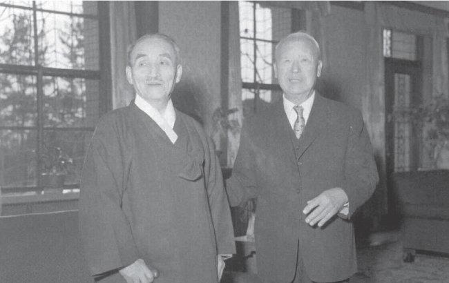 대한민국 초대 대법원장 가인 김병로(왼쪽)와 초대 대통령 우남 이승만. 가인이 민주헌정의 수호자였다면 우남은 제왕적 대통령주의자였기에 두 사람은 재임기간 내내 불편한 사이였다. [국가기록원 제공]