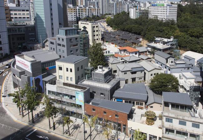 새 단장한 이후의 풍경. 마을 자체가 20세기 서울 주택가 골목풍경을 담은 살아있는 박물관으로 변모했다. 신축하거나 개조한 부분은 차별화를 위해 회색 페인트로 구별했다. [건축사무소 기오헌 제공]