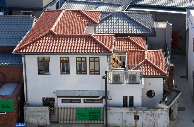 평평한 옥상에 박공지붕을 얹어 '불란서집' 풍으로 개조된 '슬라브집' [건축사무소 기오헌 제공]