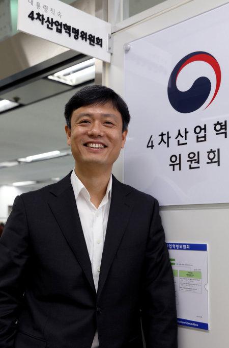 2017년 11월 30일 첫 성과물을 발표한 4차산업혁명위원회 장병규 위원장. [김성남 기자]