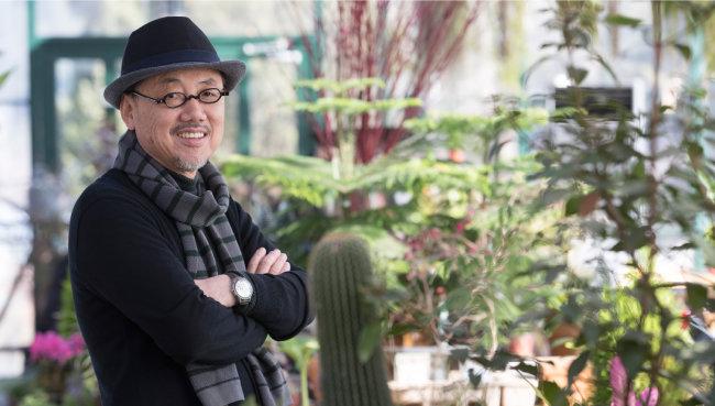 """유명 건축가 최시형 씨는 최근 일고 있는 '식물 트렌드'의 선두에 서 있다. 그는 """"식물과 밭을 통해 현대인이 잃어버린 삶의 리듬을 찾도록 하고 싶다""""고 말했다. [지호영 기자]"""