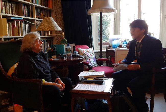 2017년 11월 13일 영국 런던 남부 푸트니에 있는 앤토니아 수전 바이엇 자택에서 인터뷰 중인 바이엇(왼쪽)과 김창희 연세대 교수. [토지문화재단 제공]