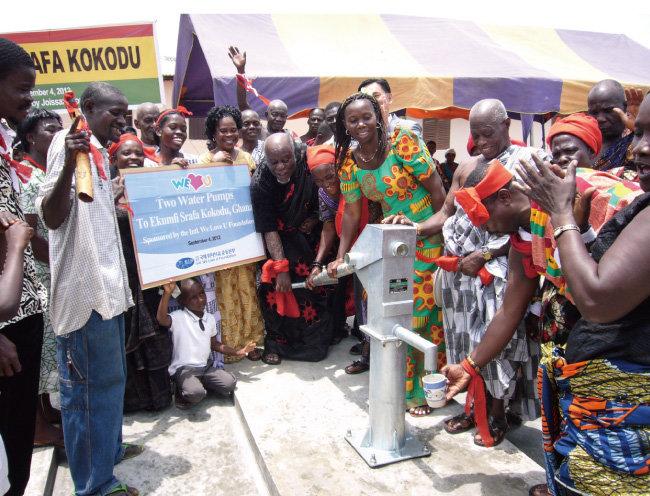 위러브유가 가나 에쿰피 스라파 코코두 마을에 물펌프 2대를 설치했다. 깨끗하고 시원한 물이 쏟아지자 주민들이 기쁨과 감동을 만끽하고 있다. [박해윤 기자]