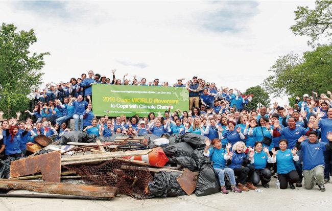 미국 뉴욕 위러브유 회원들이 인우드힐공원에서  클린월드운동을 펼쳐 각종 쓰레기를 수거한 후 환하게 웃고 있다. [박해윤 기자]