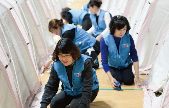 포항 지진 이재민들의 임시 숙소인 흥해실내체육관 내부를 아침저녁으로 청소해 이재민들이 청결한 환경에서 지내도록 돕고 있는 위러브유 회원들. [박해윤 기자]