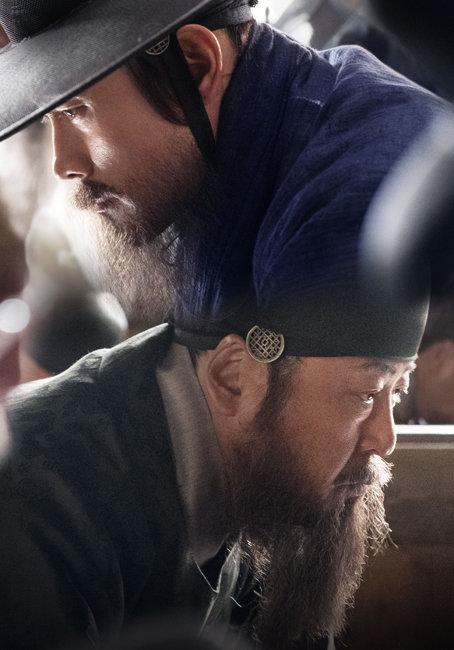 남한산성에서 길은 두 갈래로 나 있었다. 이병헌(위), 김윤석이 각각 최명길, 김상헌 역을 맡은 영화 '남한산성'.