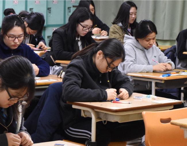수능 시험을 치르는 학생들. 오는 6월 교육감 선거는 2기 진보 교육감들에 대한 교수 및 학부모의 평가 무대가 될 것으로 전망된다. [울산=뉴시스]