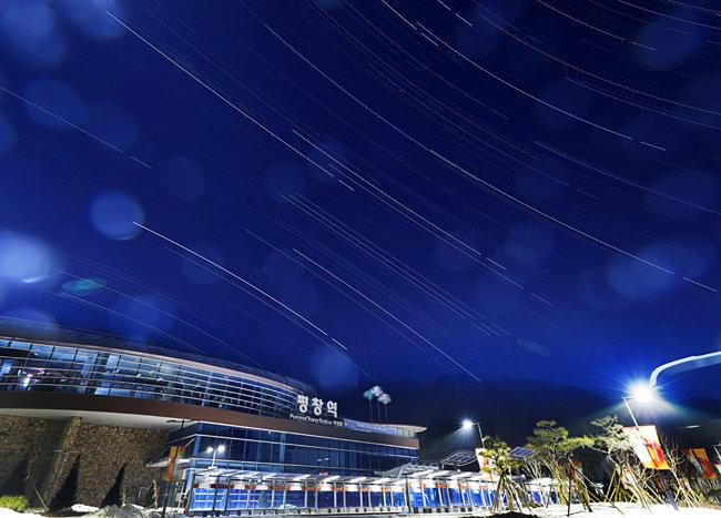 해발 660m 평창역. 2시간 인터벌촬영으로 별의 궤적을 담았다. [박해윤 기자]