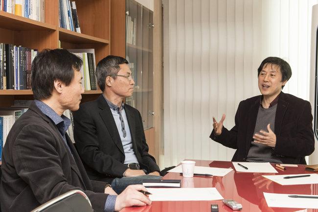 부동이화Initiative 첫 토론 사회는 박진(왼쪽) KDI 교수가 맡았다. 구해우 미래전략연구원 이사장과 이남주(오른쪽) 성공회대 교수가 패널로 참여했다. [홍태식 객원기자]
