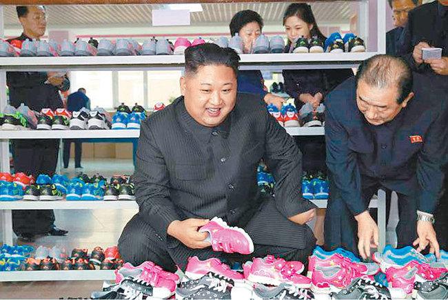 북한 김정은 위원장이 2017년 10월 평양에 있는 류원 신발공장을 현지 지도하고 있다. [동아DB]