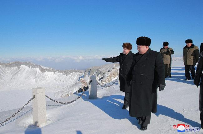 2017년 12월 북한 김정은 위원장이 백두산 정상에 올라 눈 덮인 천지를 둘러보고 있다. 김정은은 중대 결단을 하기 전 백두산을 찾곤 했다. [동아DB]