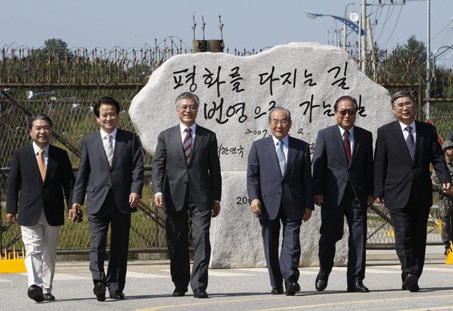 2012년 대선 당시 문재인 대선 후보와 김대중·노무현 정부 시절 통일부 장관들이 2007년 남북정상회담 표지석을 찾았다. 맨 오른쪽이 이종석 전 장관. [동아DB]