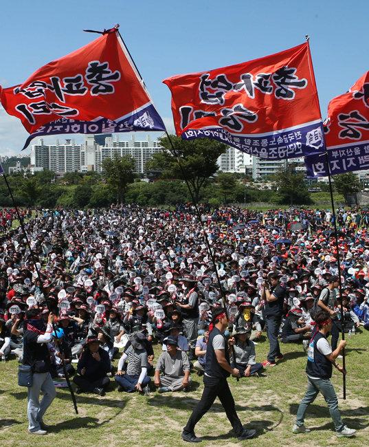 울산에서 노동계는 선거에 영향을 미칠 수 있다. 2016년 7월 20일 울산 태화강 둔치에서 열린 울산 노동자 총파업대회. [동아DB]