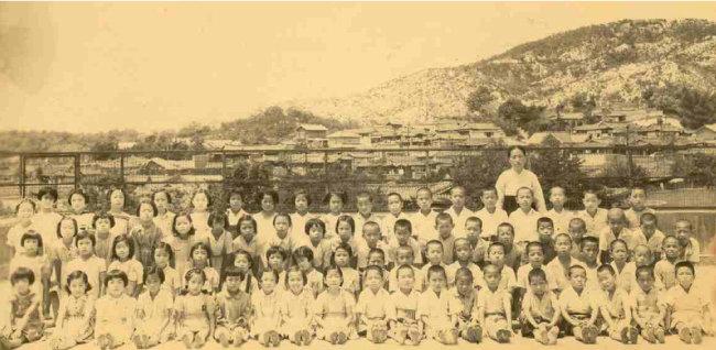 혜화초교 4학년 1반 친구들이다. 6·25전쟁 직전 촬영했다.
