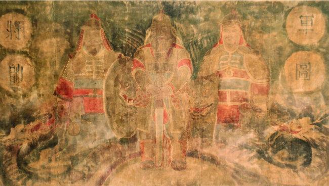 위화도 회군 현장에 있던 장수 셋의 초상. 화면 중 3인은 훗날 역성혁명 주역이다. 가운데가 이성계(1335~1408)라고 한다. 좌 이지란(1331~1402), 우 심덕부(1328~1401)가 호위하고 있다. [뉴시스]