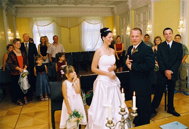 2005년 독일 레지스트리 사무실(등기소)에서 결혼하는 한 커플. [Ralf Roletschek]