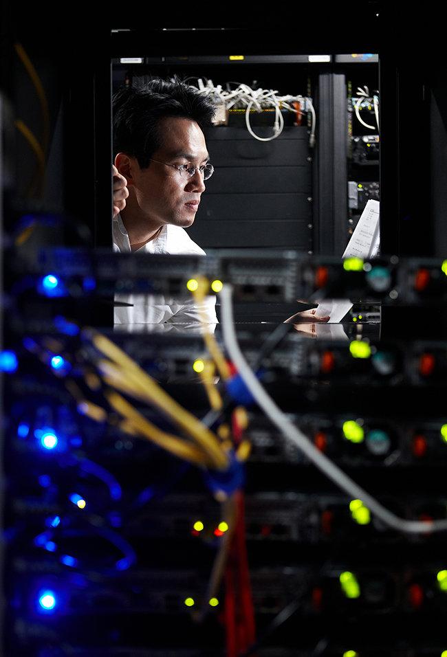 효성 ITX R&D센터의 기술자가 서버 작동 상태를 점검하고 있다. [사진제공·효성]