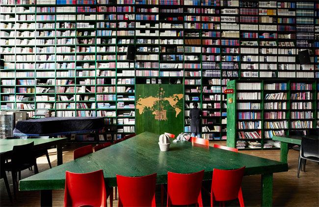 한길북하우스 내 포레스타 북카페. 이용자들이 자유롭게 펼쳐 읽을 수 있도록 벽면에 가득 꽂혀 있는 책은 '마음의 양식'이면서 동시에 그 자체로 멋진 예술품이다. [홍중식 기자]