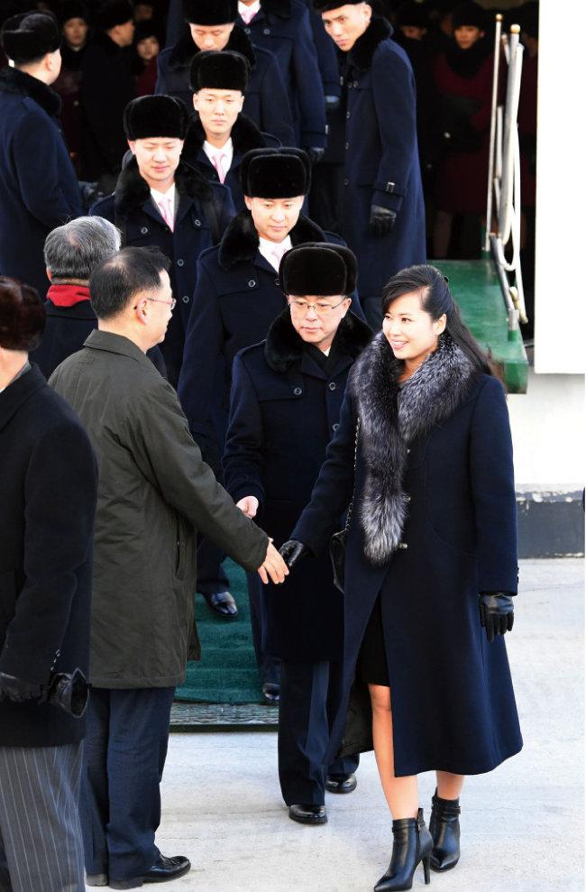 2월 7일 만경봉 92호에서 현송월 삼지연관현악단 단장 등 예술단원들이 내리고 있다.