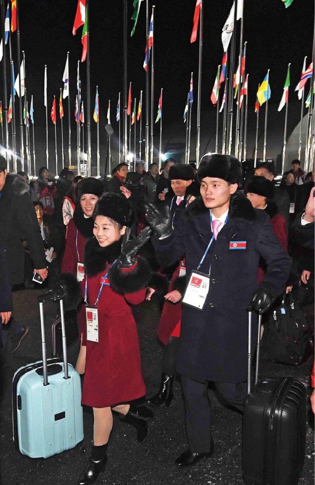 2월 1일 오후 양양공항에 도착한 북한 선수단이 버스로 이동, 강릉 선수촌에 입촌하고 있다.